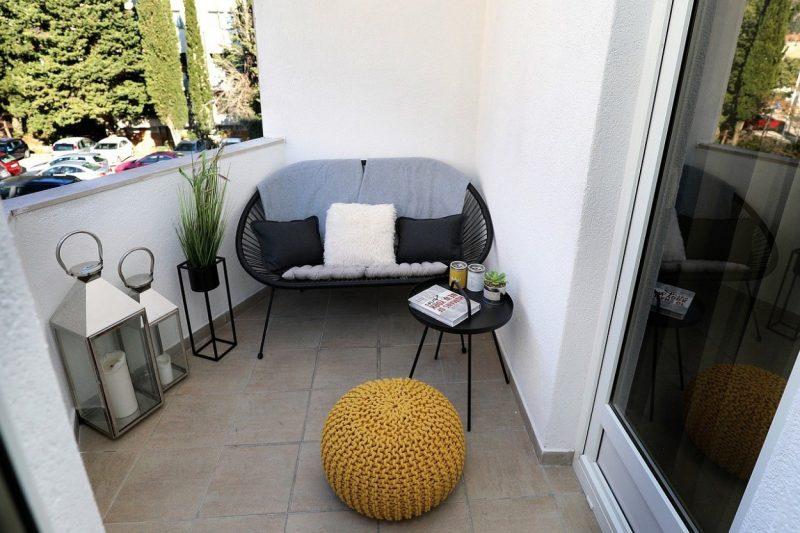 malý balkón posedenie