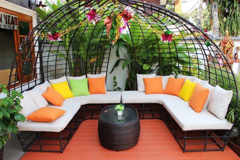 priestranny obly zahradny nabytok s poduskami