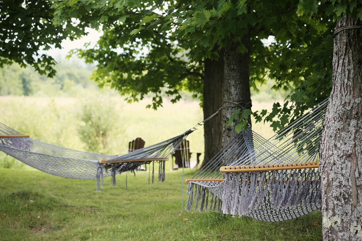 hojdacie siete s tycami v zahrade